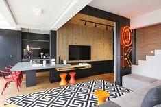 Decoração de apartamento funcional. Parede preta, revestimento de madeira, cadeira vermelha, banco vermelho, banco laranja, luz natural, luz de led. #decoracao #decor #details #casadevalentina