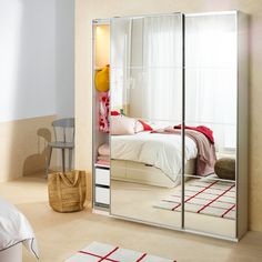 Frumos la exterior, dar și mai frumos în interior! Te vei îndrăgosti de noul tău dulap PAX, care îți va înfrumuseța camera și îți va pune hainele, pantofii și accesoriile în ordine. Ikea Pax, Closet Bedroom, Bedroom Storage, Friend Birthday Gifts, Bunk Beds, Room Decor, Ikea Portugal, House, Interior