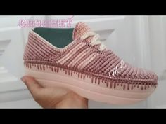 1 PAR DE SUELAS DEPORTIVAS 1 PAR DE PLANTILLAS 2 ROLLOS DE HILO TERLENCA #9 1 GANCHO # 1 Crochet Sandals, Crochet Baby Shoes, Crochet Slippers, Make Your Own Shoes, Baby Shoes Pattern, Crochet Videos, Sock Shoes, Designer Shoes, Espadrilles