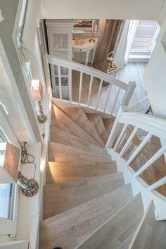 Wunderschöne Hölzerne Treppe in der Ferienwohnung HOME Suites Scharbeutz von HOME Einrichtung & Lifestyle.