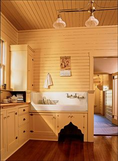 5 Charming Cool Tips: Farmhouse Kitchen Remodel French Country kitchen remodel traditional stove.Kitchen Remodel Colors Bar Stools old kitchen remodel butcher blocks. Kitchen Cabinets Decor, Farmhouse Kitchen Cabinets, Kitchen Ideas, Kitchen Designs, Farmhouse Sinks, Kitchen Interior, Kitchen Sinks, Apartment Kitchen, Vintage Farmhouse