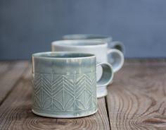 Dit is de mok zul je jes ochtends koffie met drinken!  Donker blauwe porseleinen koffie mok in een grote maat voor koffieliefhebbers, versierd met geometrische patroon in de moderne design. Deze moderne porselein Thee beker voor uw avond kruidenthee. Perfect voor een gezellige lekker op de Bank of in bed met espresso of warme chocolademelk.  Gemaakt van gevouwen porseleinen platen gestempeld met geometrische patroon. Gedipt in blauw - grijze glazuur, gebrand op hoge temperatuur.  > 3 hoog. 3…