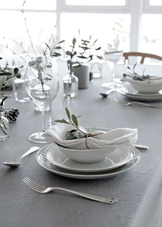 This Christmas you can decorate your table in a more cute and festive way by adding some color. You can set your table in grey, white and green hues. Christmas Table Settings, Christmas Tablescapes, Wedding Table Settings, Setting Table, Table Setting Inspiration, Table Manners, Table Set Up, Ceramic Tableware, Fall Table