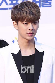 Yunhyeong ~ Most handsome guy I ever seen! Seoul Music Awards 2016, Rhythm Ta, Ikon Songs, Ikon Wallpaper, Ikon Debut, Hip Hop And R&b, Kdrama Actors, Yg Entertainment, Bobby