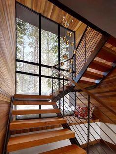 Voici une superbe place avec vue sur l'extérieur qui se glisse sous les escaliers.