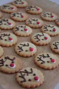 biscuits christmas # christmas The little white house: Rudol .- kekse weihnachten Das kleine weisse Haus: Rudolph und Tannenbaum-Ke… biscuits christmas The little white house: Rudolph and Christmas tree biscuits, - Reindeer Cookies, Holiday Cookies, Holiday Treats, Holiday Recipes, Christmas Sweets, Christmas Cooking, Christmas Christmas, Christmas Tree Biscuits, Food Humor
