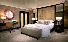 Красивая спальня с изумительным зеркалом.