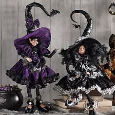 Have a look at these great Spooky Halloween Table Decorating Ideas for Your Stylish Home in order to give your home that frighteningly beautiful ambiance for Halloween. Halloween Displays, Halloween Table, Halloween Items, Halloween Fashion, Spooky Halloween, Halloween Decorations, Halloween 2017, Halloween Crafts, Mark Roberts Fairies