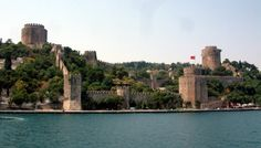 Rumeli Fortress on the East side of the city wall, seen from the Bosphorus (Photo by Radomil for Wikipedia)