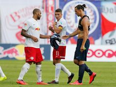 #PSG's Zlatan Ibrahimovic settled a dispute after opponents fought over his shirt: http://yhoo.it/1ktBvJf #Soccer