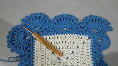 TAPETE RETANGULAR RENDADO EM CROCHÊ COM PASSO A PASSO Crochet Projects, Diy And Crafts, Crochet Necklace, Crochet Hats, Blue Carpet, Crochet Rug Patterns, Multicoloured Rugs, Bedspreads, Needlepoint