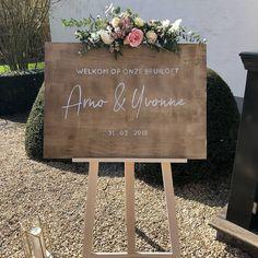 Een welkomstbord in het zonnetje is altijd een mooi ontvangst voor de gasten. . . . . . #ninaweddings #realwedding buitentrouwen #bruiloft…