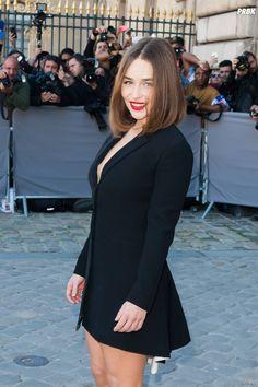 Emilia Clarke sexy en petite robe noire au défilé Dior à Paris le 2 octobre  2015 4db53746f645