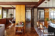 Todo aberto, o projeto de reforma deste apartamento de 80 m² em São Paulo atendeu perfeitamente ao dia a dia do jovem casal sem filhos. Mas, quando os amigos e a família vêm, cada canto pode mudar para receber