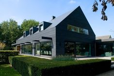 Une vieille maison des années 60, située dans le Brabant septentrional au Pays-Bas, a été modernisée par WillemsenU Architects et adaptée afin de répondre