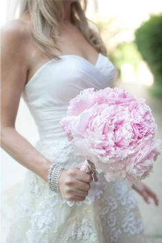 I LOVE this pink, peony bouquet.