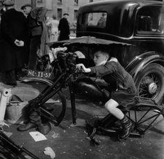 Racen zonder motor op het Waterlooplein, Amsterdam, 1955,  Kees Scherer. Dutch (1920 - 1993)