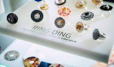 Unser Silberwerk Store in Darmstadt (z.B. Stadtmitte) hat immer neue Ring Kombinationen im Schaufenster und in den Vitrinen … schaut doch einfach mal vorbei! Wer lieber von zuhause aus stöbert, der kann unseren RING DING Konfigurator nutzen … da lassen sich fast alle Ring-Kombinationen durchprobieren: https://www.silberwerk.de/designer