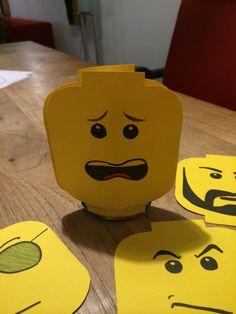 Playmobil gezichtjes. Gezicht uitdrukkingen. Met er tussen een knijpfruit en een Fruittella.
