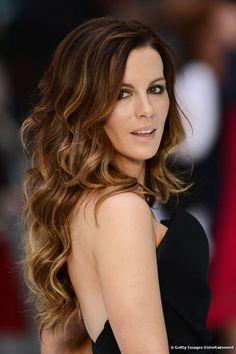 Kate Beckinsale mix de luzes a partir da raiz com pontas mais claras