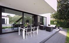 Tuin Terras | Black and White terrace | Block Office Architecten | België | #garden #gardendesign #terrace #gardenfurniture #tuinmeubelen