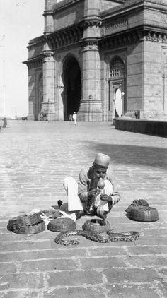 Snake+charmer+at+Gateway+of+India,+Bombay+(Mumbai)+-+India,+1939