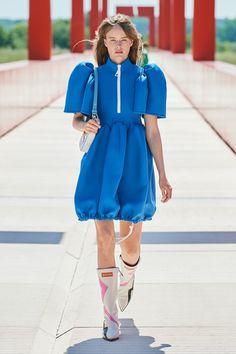 Louis Vuitton Resort 2022 Fashion Show | Vogue Foto Fashion, Vogue Fashion, Fashion Week, Fashion Brand, High Fashion, Fashion Beauty, Womens Fashion, Fashion Design, Active Wear For Women