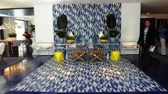 Sou fã de  Roberto Migotto, arquiteto. Adorei a casa de praia.Com ambiente interno e externo integrados, o refúgio praiano de 500 m² tem layout descontraído, pontuado por tons de azul. O exuberante hall de entrada surpreende, com seus ladrilhos hidráulicos de linhas geométricas que preenchem piso e parede. Ali está posicionado um discreto aparador de acrílico. Ao lado, o lounge oferece poltronas e luminária dos anos 1950, a exemplo da clássica Marseille, de Le Corbusier.