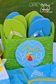 Protetor solar, chinelos e chapéus disponibilizados para os convidados