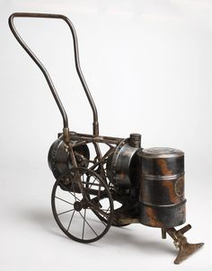 Mechanical vacuum cleaner, 1890-1910. © Technisches Museum Wien, Photo: Peter Sedlaczek. Vacuum For Hardwood Floors, Vintage Laundry, Vintage Kitchen, Cleaning Materials, Cool Technology, Clean Design, Spring Cleaning, Victorian Homes, Vintage Industrial