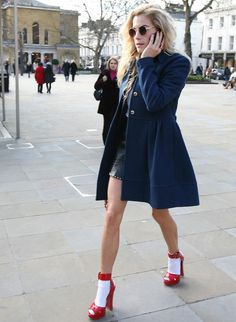 street-style-sandalia-vermelha-com-meia-macaquinho-couro-casaco-azul