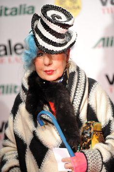 Addio ad Anna Piaggi, l'importante giornalista di moda famosa per il suo gusto provocatorio nel vestirsi