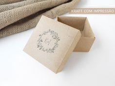 Papel da caixa: Kraft 200g  Tamanho da caixa: 7 x 7 x 4 cm    A caixinha pode ser utilizada para acomodar bem nascido, bem vivido, amêndoas, pão de mel, bombons e outras pequenas lembranças.    A estrutura da caixa é bem firme. Quando montada forma um sistema de dupla parede, deixando a caixa bem...