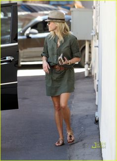 Reese Witherspoon Looks Chic and Fabulous in This Street Style Pastel Outfit, Casual Chic, Khaki Shirt Dress, Reese Witherspoon Style, Estilo Preppy, Look Fashion, Womens Fashion, Nail Fashion, Petite Fashion