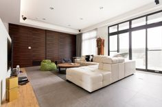 客廳右方的大面木質拉門,將神明廳隱悄悄藏於其中,維持客廳一貫的自然潔淨面貌。