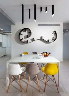 ססגונית במפתיע: שיפוץ דירה בשכונת רוממה בחיפה | בניין ודיור Eames, Living Spaces, Dining Room, Toque, Interior Design, Chair, Pop, Furniture, Lighting