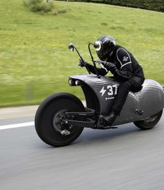 We recently stumbled upon a small Austrian-based company called Johammer. The firm is building an interesting futuristic-looking electric motorcycle: the Johammer They launched the vehicle last… Steampunk Motorcycle, Four Stroke Engine, Motorbike Design, Green Technology, Energy Technology, Motorcycle Manufacturers, Chevrolet Bel Air, Bike Seat, Electric Scooter