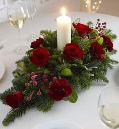 Christmas flower arrangements: the most beautiful ideas- Composizioni floreali natalizie: le idee più belle Christmas flower arrangements - Table Flower Arrangements, Christmas Flower Arrangements, Christmas Table Centerpieces, Christmas Flowers, Noel Christmas, Centerpiece Decorations, Xmas Decorations, Christmas Wreaths, Christmas Crafts