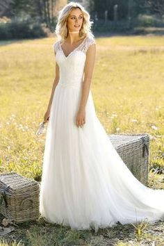 Brautkleid / Hochzeitskleid / bridal wear / wedding dress; V-Auschnitt; luftiger Rock; leichte Spitze im Oberteil.
