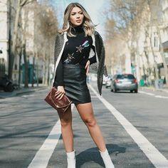 Black & White is always a good idea! Ainda mais quando a composição tem as camisetas bordadas da @kay_store_ ✨ Essa de estrelas é minha preferida! Combinei com saia de couro, casaquete e botas brancas - meu combo preferido de inverno! ❄️ o casaquete é @carolbassibrand levo ele pra onde eu for, além de quentinho e comfy é um clássico! AMO ❤️  bag #StellaMcCartney   ph: @nayaracezarino #mamaemparis #looksdamama #mamacastilhotravels