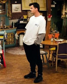 Any Chandler / Joey inspired outfits? The Effective Pictures We Offer You About friends outf Retro Outfits, Mode Outfits, Vintage Outfits, Chandler Friends, Friends Tv Show, Friends Mode, Looks Camisa Jeans, 90s Outfit Men, Rachel Green Outfits