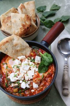 Shakshuka aux légumes verts et feta Vegetarian Recipes, Cooking Recipes, Healthy Recipes, Lunch Recipes, Limoncello, Hello Fresh Recipes, Vegan Main Dishes, Cheesy Recipes, Happy Foods