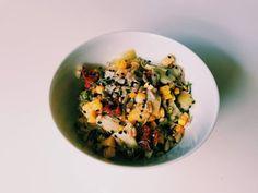 Essa receita aqui impressiona qualquer marmita: leva milho cozido, alcachofra em pedaços, alfafa, tomate seco, gergelim preto, semente de girassol e é temperada com limão siciliano e cebolinha.