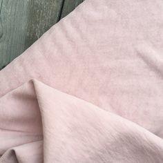 Cette très jolie viscose sera idéale pour la réalisation de vos robes, pantalons légers, vestes fluides ou de vos blouses nécessitant un peu de tenue. Vendu x20cm Bastille, Texture, Blouse, Pattern, Inspiration, Fabrics, Trousers, Gowns, Surface Finish