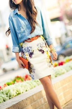 Pretty pairing of chambray shirt and floral skirt - Street style. Looks Chic, Looks Style, Style Me, Work Fashion, Cute Fashion, Fashion Beauty, Skirt Fashion, Women's Fashion, Petite Fashion