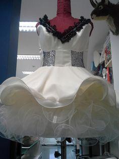 jurk voor een travestiet van crepe satijn , tule met nylondraad in zoom