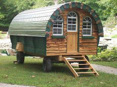 wooly-wagons-tiny-houses - example of a vardo (also waggon, living wagon, van, and caravan) is a traditional horse-drawn wagon used by British Romani people as their home. Gypsy Living, Tiny House Living, Gypsy Trailer, Gypsy Home, Bohemian House, Bohemian Gypsy, Cabins And Cottages, Little Houses, Tiny Houses