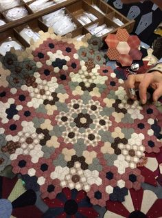 Look at the little drawer . a thousand shapes and patterns! Un jardin de… Hexagon Patchwork, Hexagon Quilt, Blue Quilts, Small Quilts, Millefiori Quilts, Fibre And Fabric, Miniature Quilts, Traditional Quilts, English Paper Piecing