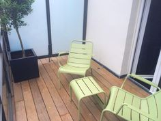 La terrasse du New Hotel Roblin et son olivier Outdoor Chairs, Outdoor Furniture, Outdoor Decor, Style Parisienne, Home Decor, Olive Tree, Terrace, Homemade Home Decor, Garden Chairs