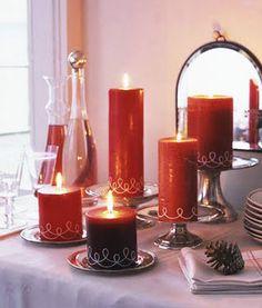 Caso não tenha tempo para fazer as suas próprias velas, vá pelo caminho mais simples: prepare um arranjo combinando diferentes tamanhos e formatos de velas vermelhas. Pronto! Simples assim como na foto sugerida pela Helô Righetto, do London Design. +